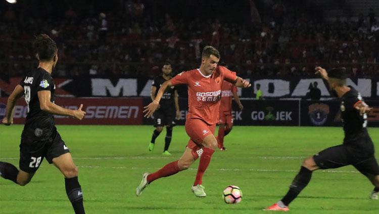 Marquee player PSM Makassar, Wiljan Pluim saat berusaha melewati hadangan pemain Persija Jakarta. Copyright: Muhammad Nur Basri/INDOSPORT