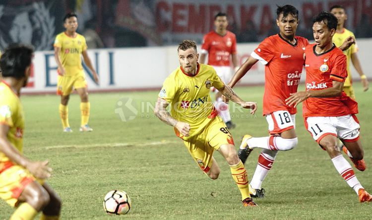 Marquee player Bhayangkara FC, Paulo Sergio coba lepas dari kawalan pemain Persija. Copyright: Herry Ibrahim/INDOSPORT