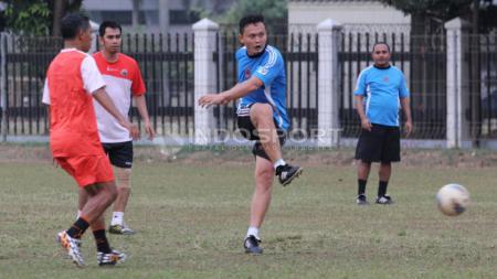 Ketua APSSI, Yeyen Tumena (tengah) melepaskan tendangan ke arah gawang tim Persija. - INDOSPORT