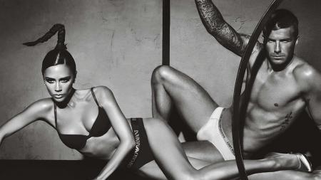 Victoria dan David Beckham saat melakukan sesi pemotretan untuk kebutuhan iklan satu produk. - INDOSPORT