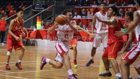 Pemain Indonesia, James Huang Alvaro dijaga ketat pemaib Malaysia. - INDOSPORT