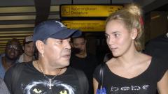 Indosport - Maradona bersama sang kekasih.