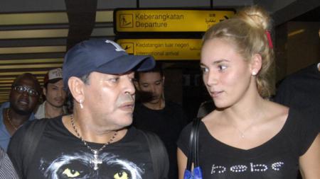 Maradona bersama sang kekasih. - INDOSPORT
