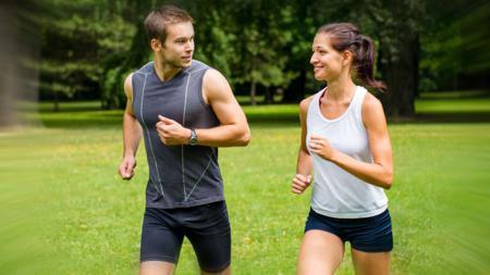 Jogging bersama pasangan jelas terasa lebih menyenangkan. - INDOSPORT