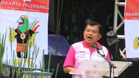 Wakil Presiden RI, Yusuf Kalla memberikan kata sambutan pada acara Road to 18th Asian Games 2018, Jakarta-Palembang di Plaza Selatan GBK, Minggu (27/12/15). - INDOSPORT