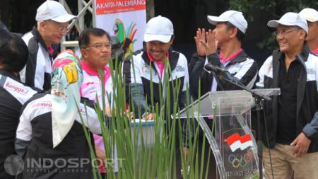 Wakil Presiden RI, Yusuf Kalla (tengah) bersama Menpora Imam Nahrawi menekan timbol tanda diresmikannya Logo Asian Games 2018 pada acara Road to 18th Asian Games 2018, Jakarta-Palembang di Pl - INDOSPORT