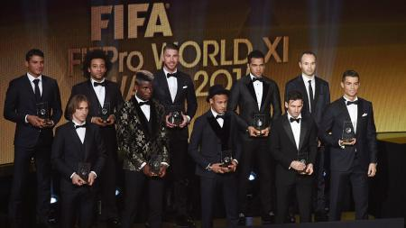 LR : Thiago Silva , Luka Modric Marcelo , Paul Pogba , Sergio Ramos , Neymar , Dani Alves , Lionel Messi , Andres Iniesta dan Cristiano Ronaldo berpose setelah dipilih dalam FIFA FIFPro World XI untuk tahun 2015 - INDOSPORT