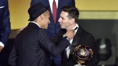 Neymar mengungkapkan selamat kepada rekan setimnya Lionel Messi, Barcelona 12/01/2016. - INDOSPORT