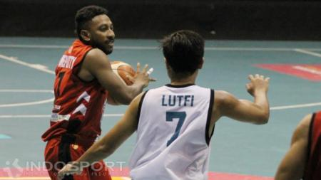 Point Guard Hangtuah Sumsel, Richardo Orlando Uneputty (kiri) dijaga ketat pemain NSH Jakarta, Lutfi Alfian Eka (kanan). - INDOSPORT