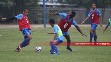 Legenda hidup Semen Padang, Hengki Ardiles (kiri) kembali turun ke lapangan hijau. Bukan sebagai pemain, tapi jadi pelatih tim akademi Kabau Sirah. - INDOSPORT