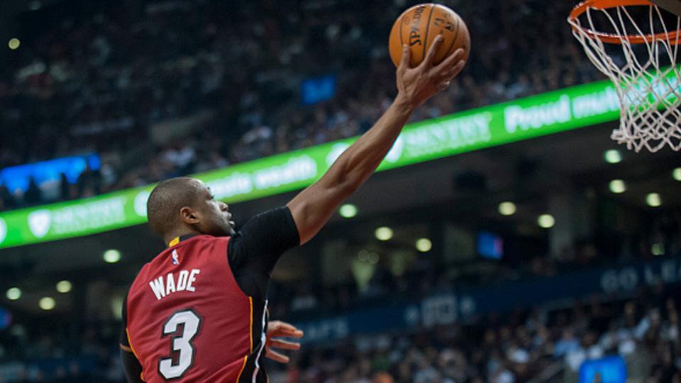 Dwayne Wade No 2 dari Miami Heat membuat tembakan melawan Toronto Raptors pada kuartal kedua di Air Canada Centre pada 22 Januari 2016 di Toronto, Kanada. Copyright: INTERNET