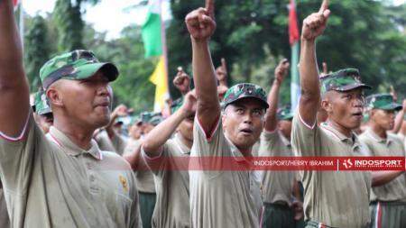 Satuan TNI Rindam Jaya melakukan latihan koreografi dan yel-yel dukungan. - INDOSPORT