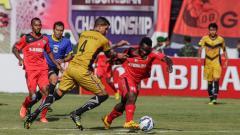 Indosport - Perebutan bola di lapangan dalam laga Semen Padang Vs Mitra Kukar.