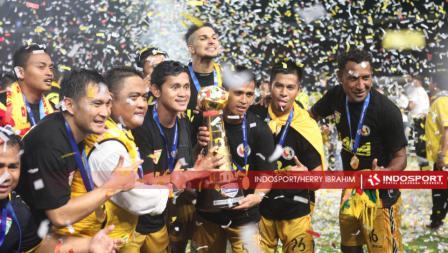 Mitra Kukar merayakan gelar Piala Sudirman 2016 usai mengalahkan Semen Padang di babak final 2-1, Minggu (24/01/16).