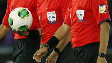 Ilustrasi Wasit bersiap untuk mengadili ditengah sepakbola.