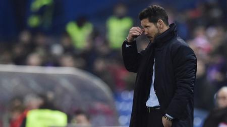 kesedihan Diego Simeone dengan mengusap air mata, di Stadion Vicente Calderon di Madrid pada tanggal 27 Januari 2016. - INDOSPORT