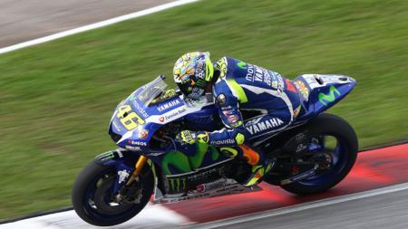 Valentino Rossi sedang mengikuti tes hari kedua di Sirkuit Sepang. - INDOSPORT