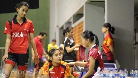Para pemain tunggal putri seperti Fitriani dan Gregoria Mariska sedang berdiskusi disela-sela latihan - INDOSPORT