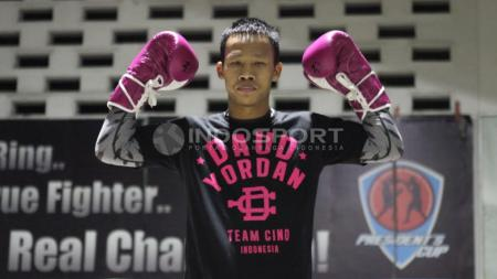 Daud Yordan merebut juara WBA Internasional usai tundukan petinju Argentina. - INDOSPORT