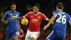 Indosport - Anthony Martial kontra dua pemain Chelsea