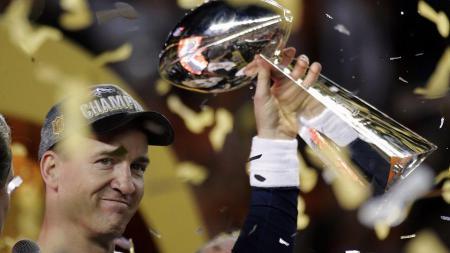 Peyton Manning mengangkat Vince Lombardi Trophy. - INDOSPORT