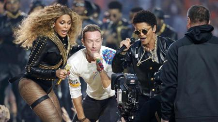 Beyonce, Bruno Mars dan Coldplay saat bernyanyi bersama di pembukaan final Super Bowl 50. - INDOSPORT