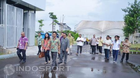 Komisi X DPR RI berjalan kaki untuk melihat kesiapan Jakabaring Sport City, jelang menjadi tuan rumah Asian Games 2018. - INDOSPORT