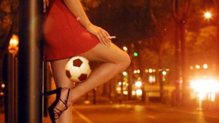 Ilustrasi seorang PSK mengempit bola di pahanya. - INDOSPORT