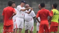 Indosport - Pelatih Paulo Camargo berdiskusi dengan tim pelatih.