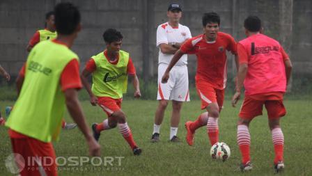Latihan perdana Persija Jakarta dengan pelatih baru mereka Paulo Camargo (tengah), Sabtu  (20/02/16).