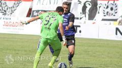 Indosport - Diky Indriyana melawan Cristian Gonzales.