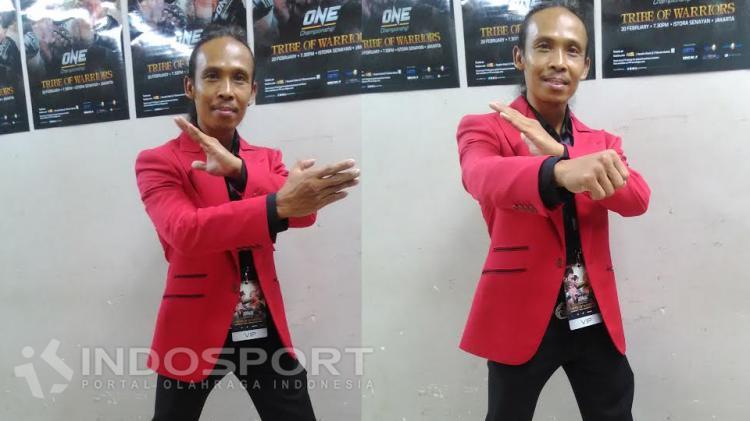 Pelatih beladiri Pencak Silat dan juga aktor yang pernah bermain film di Star Wars, Yayan Ruhian memperagakan silatnya. Copyright: Dian Eko Prasetio/INDOSPORT