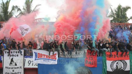 Flare aneka warna terpadu rapi dari barisan Nord Side Boys, salah satu kelompok suporter Bali United. - INDOSPORT