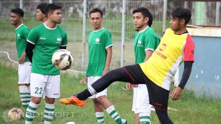 Mantan kiper Persija Jakarta, Adixi Lenzivio (kanan). Copyright: Herry Ibrahim/Indosport