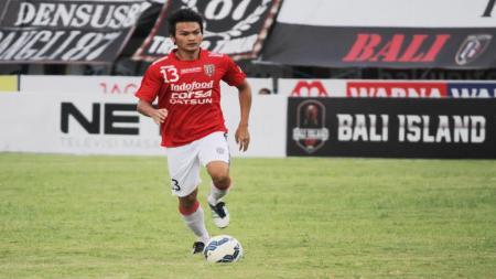 Bek tengah Sriwijaya FC, Bobby Satria saat masih berseragam Bali United FC. - INDOSPORT