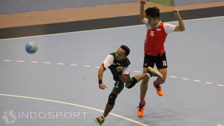 Aksi pemain Indonesia (kiri) melepaskan diri dari penjagaan pemain Singapura dan mencetak angka. - INDOSPORT