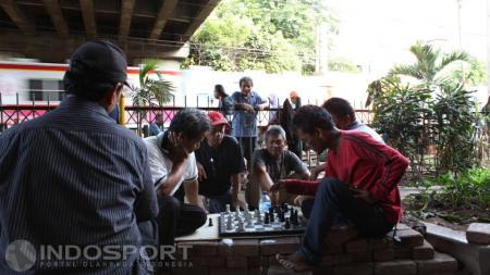 Kegiatan bermain catur warga di Taman Catur yang terletak di kolong jembatan stasiun Tebet Jakarta. - INDOSPORT
