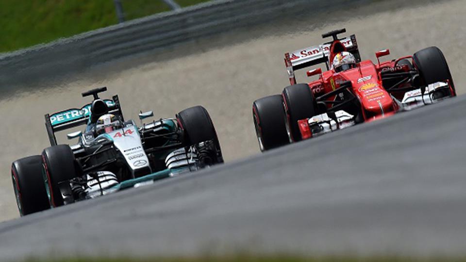 Lewis Hamilton berduel dengan Sebastian Vettel musim lalu. Copyright: INTERNET