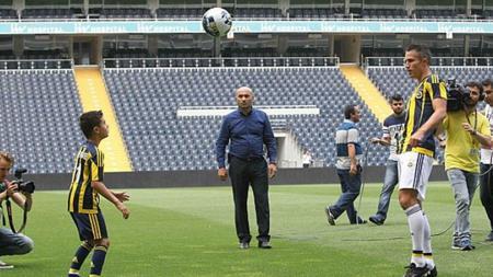Anak Robin van Persie, Shaqueel van Persie (kiri) memiliki kemampuan jugling yang hebat. - INDOSPORT