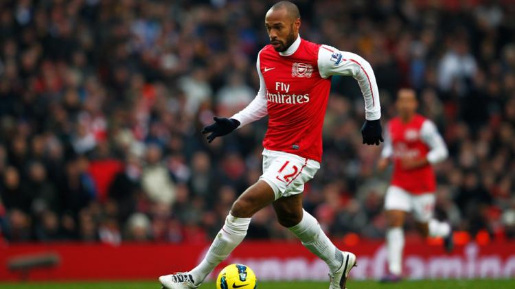 Thierry Henry mengontrol bola. Copyright: INTERNET