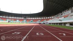 Indosport - Lintasan atletik di dalam Stadion Pakansari, Bogor.