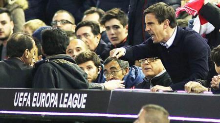 Gary Neville saat diusir wasit di Liga Europa. - INDOSPORT