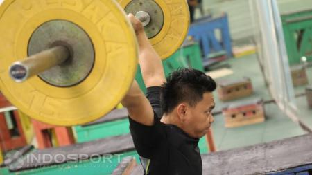 Lifter putra Indonesia Eko Yuli Irawan sedang berlatih di Pintu Kuning, Senayan. - INDOSPORT