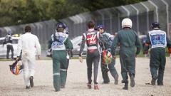 Indosport - Fernando Alonso dan Esteban Gutierrez berjalan kaki usai insiden kecelakaan.