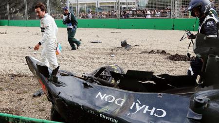 Fernando Alonso berjalan setelah kecelakaan. - INDOSPORT