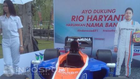 Replika mobil Rio Haryanto dihadirkan oleh panitai penyelenggara. - INDOSPORT