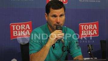 Osvaldo Lessa sosok pelatih yang tegas di lapangan.