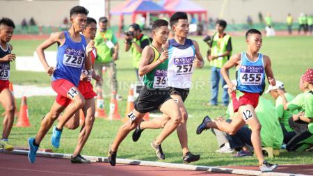 Para atlet bersaing di kelas 1,500 meter Putra Remaja. - INDOSPORT
