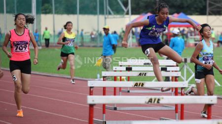 Sejumlah atlet bertanding di nomer lompat gawang remaja putri. - INDOSPORT