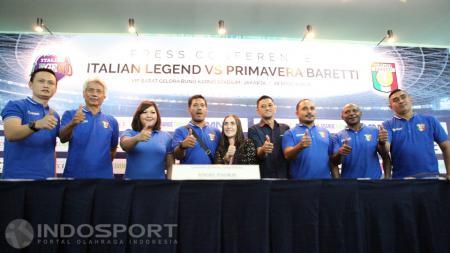 Penyelenggara, perwakilan pemain Primavera serta perwakilan kedutaan Italia berfoto bersama usai jumpa pers laga Italian Legend vs Primavera Baretti. - INDOSPORT